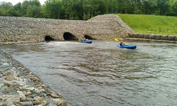 1. Spływ kajakiem. Tama w Osówku rzeka Parsęta