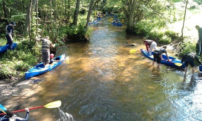 8. Spływ kajakiem. Wodowanie rzeka Pokrzywnica niewinny początek górskiego odcinka.